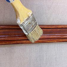 Лакировка деревянного плинтуса