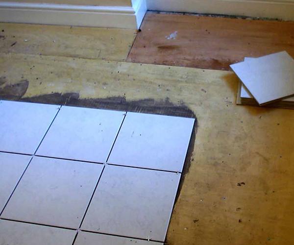 Укладка керамической плитки на деревянный пол
